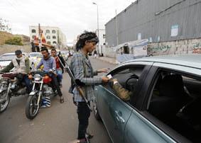 الحوثيون يتقدمون باتجاه جنوب اليمن وأنصار البيض في انتظارهم بعدن اليمن يقترب من لقب الدولة الفاشلة ونجل صالح ينزل إلى ملعب الفوضى صنعاء الزمان وجه الحوثيون الشيعة في جماعة انصار […]