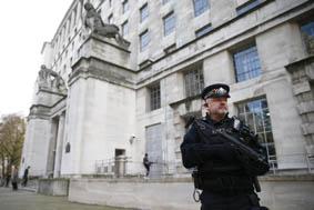 بريطانيا تستعد لمواجهة أكبر هجوم منذ 11 سبتمبر للعائدين من سوريا والعراق المخابرات تحبط تفجير البورصة وإطلاق نار عشوائي على المدنيين في شوارع لندن خلافات الحرب على داعش تطيح وزير […]